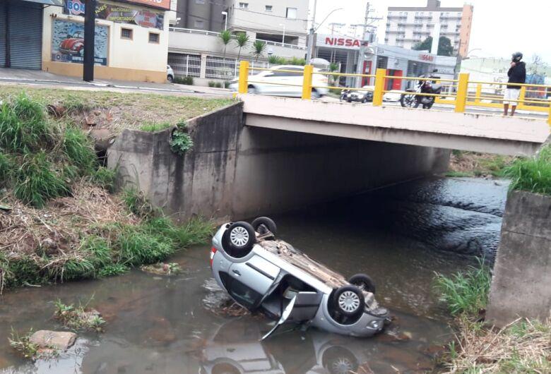 Motorista morre após carro cair em córrego em São Carlos