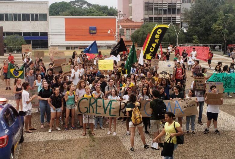 Manifestantes participam de ato em defesa ao meio ambiente em São Carlos