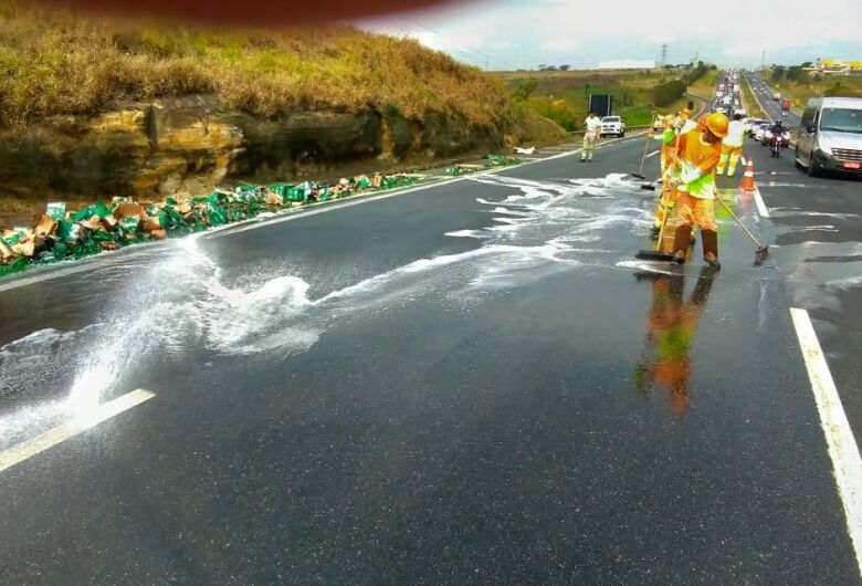 Caminhão carregado com cerveja Heineken sofre acidente e parte da carga fica espalhada na Anhanguera