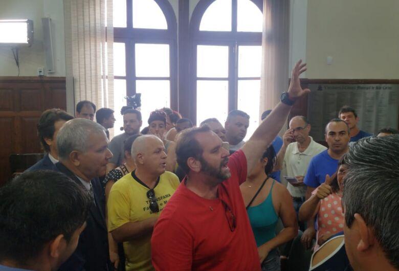 Motorista de vans fazem protesto para usar Tribuna Livre da Câmara