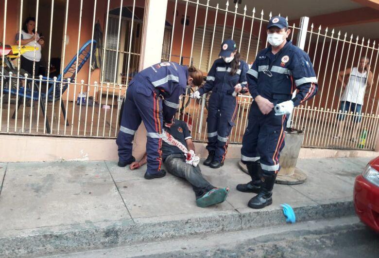Homem é socorrido pelo SAMU após levar facadas no Jardim Real