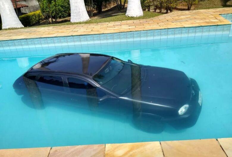 Carro que levava aniversariante para festa cai em piscina no interior de SP