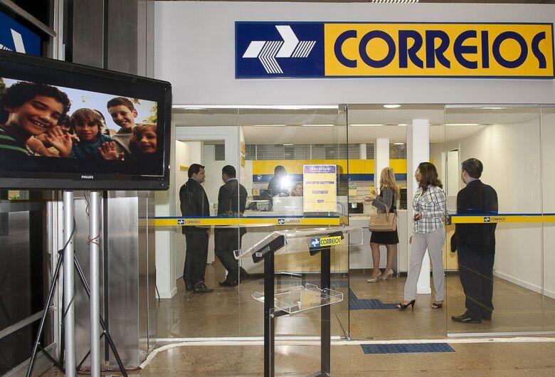 Funcionários dos Correios suspendem greve