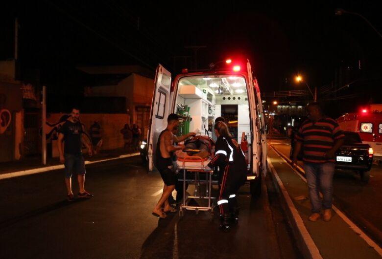 Pedestre é internado em estado grave após ser atropelado por moto