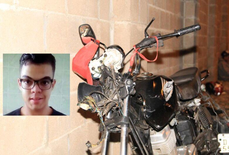 Jovem morre após bater motocicleta em poste na Vila Nery