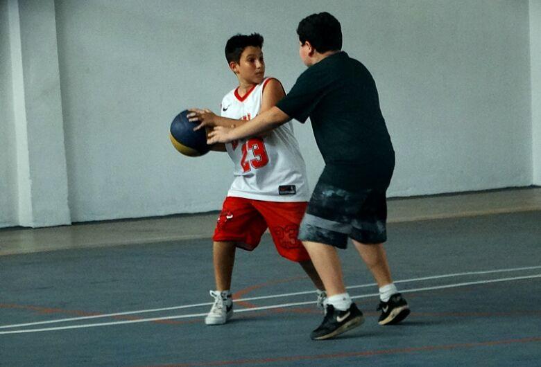 Jovens ganham oportunidade de se divertir com o basquete