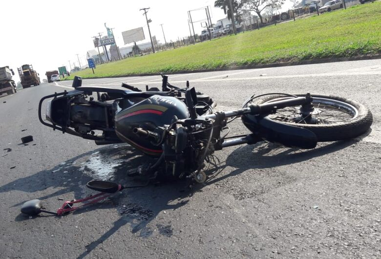 Moto bate atrás de caminhão na Washington Luis