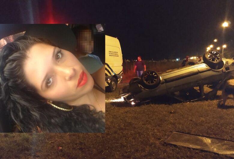 Mulher morre após carro capotar em avenida