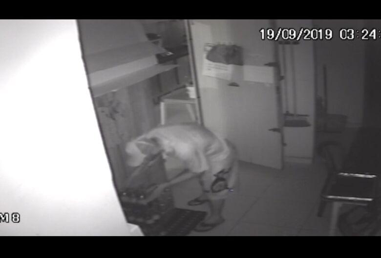 Câmeras de segurança flagram ação de ladrão em estabelecimento comercial