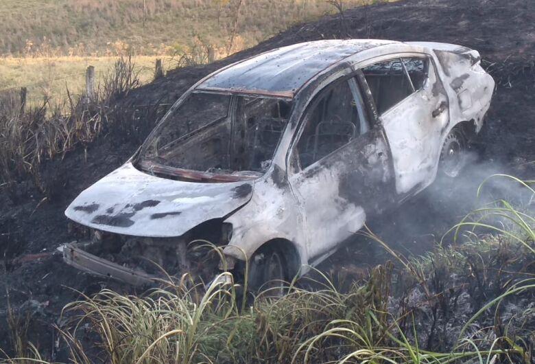 Carro pega fogo após acidente na rodovia SP-215 em São Carlos