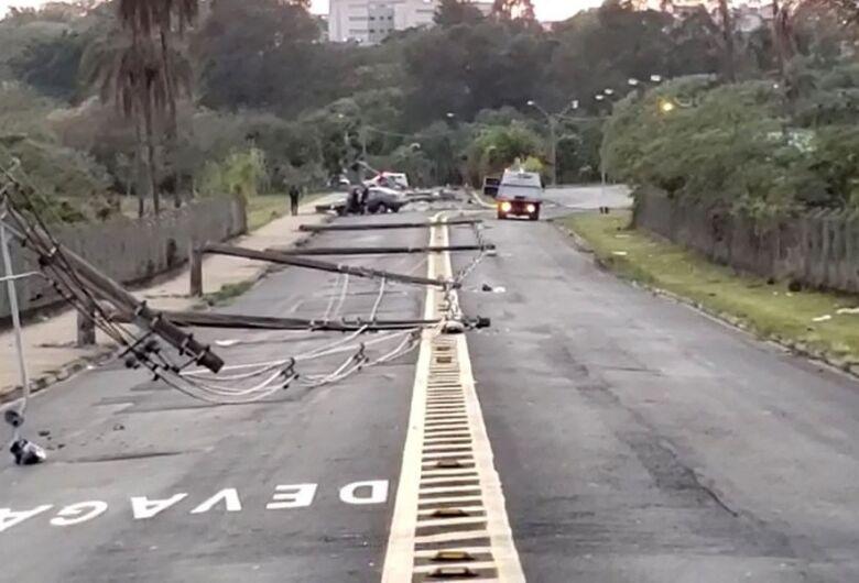 Motorista perde o controle de carro e derruba 11 postes em cidade da região