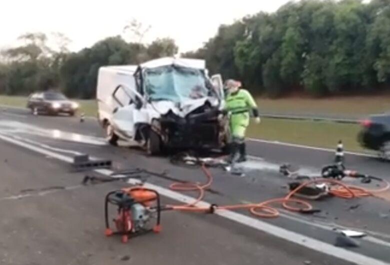 Motorista de van fica gravemente ferido após acidente na Washington Luis