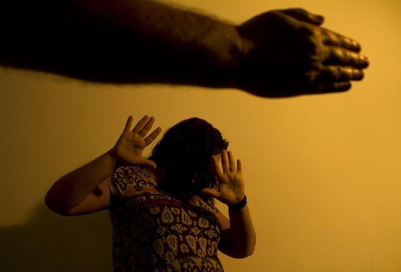 Projeto que obriga agressor a ressarcir SUS em caso de violência doméstica é sancionado por Bolsonaro