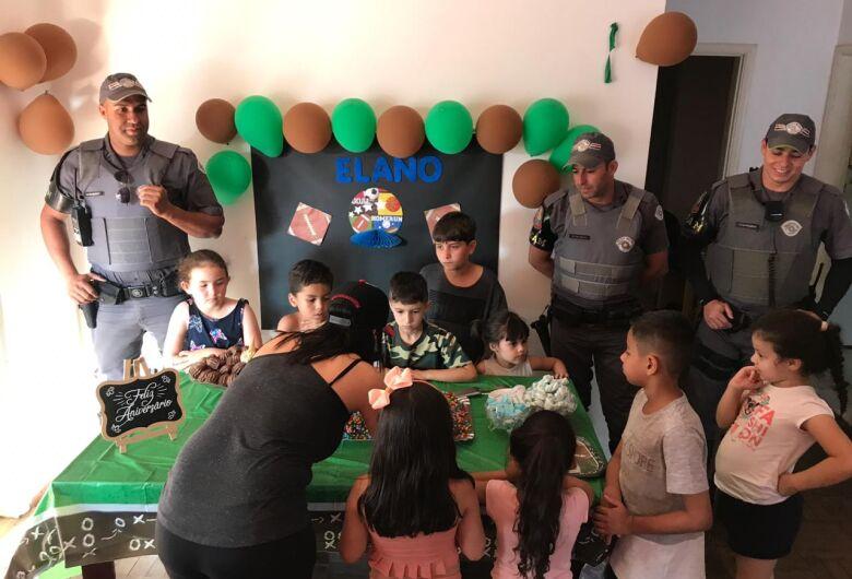 Policiais da ROCAM fazem a alegria do pequeno Elano