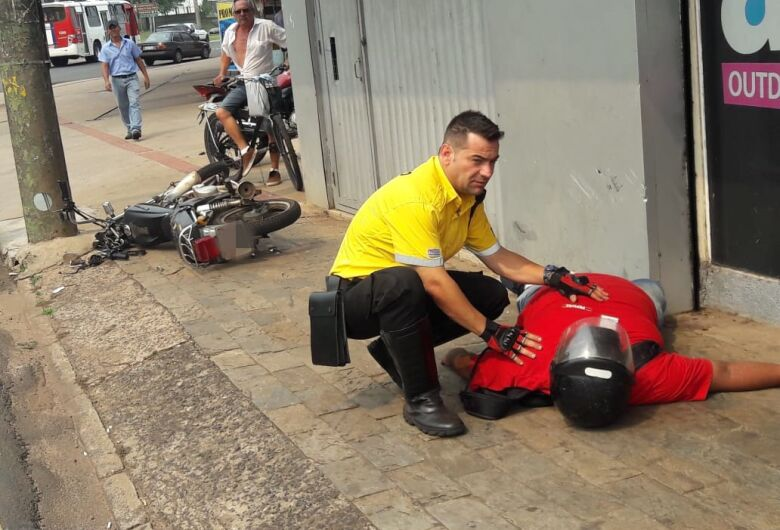 Após colisão em carro, motociclista atinge poste na Avenida São Carlos