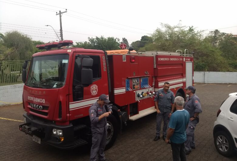 Bombeiros realizam simulação em prédio de escola em São Carlos