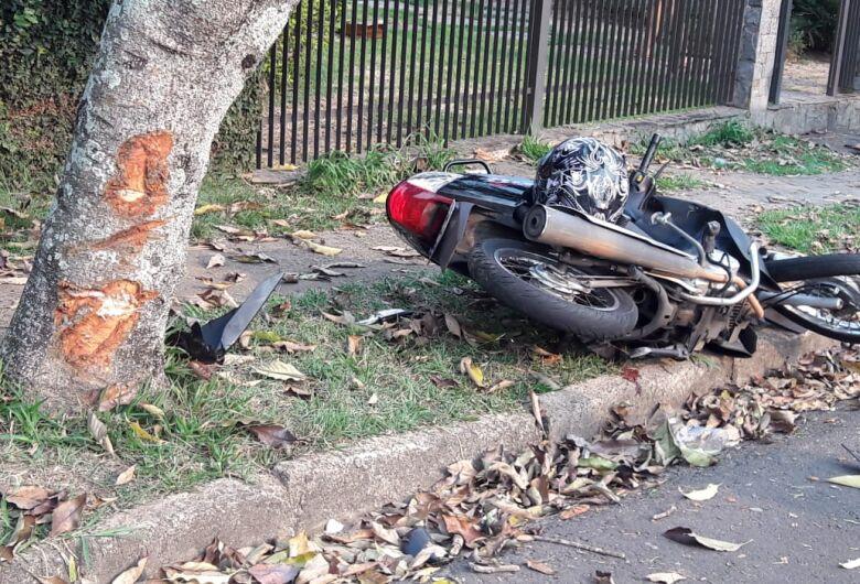 Motociclista que bateu em árvore passa por cirurgia