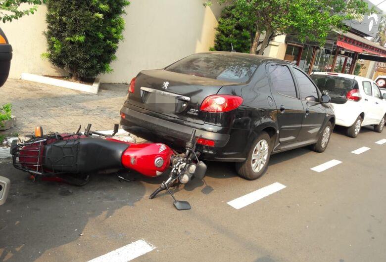 Motorista provoca acidente e carro atinge motociclista