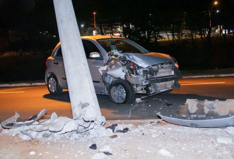 Jovem bate carro em poste após animal entrar na frente do veículo