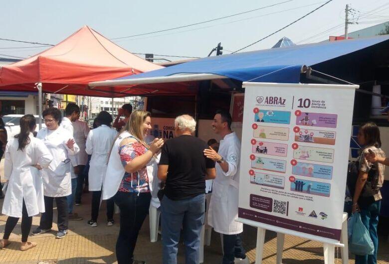 Ação na praça do Mercado alerta sobre os perigos da Doença de Alzheimer