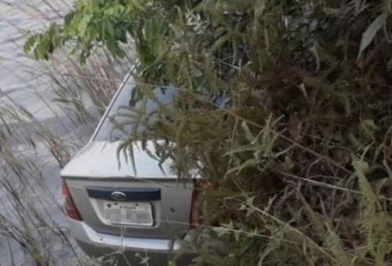 Motorista perde o controle e carro vai parar dentro da lagoa do 29