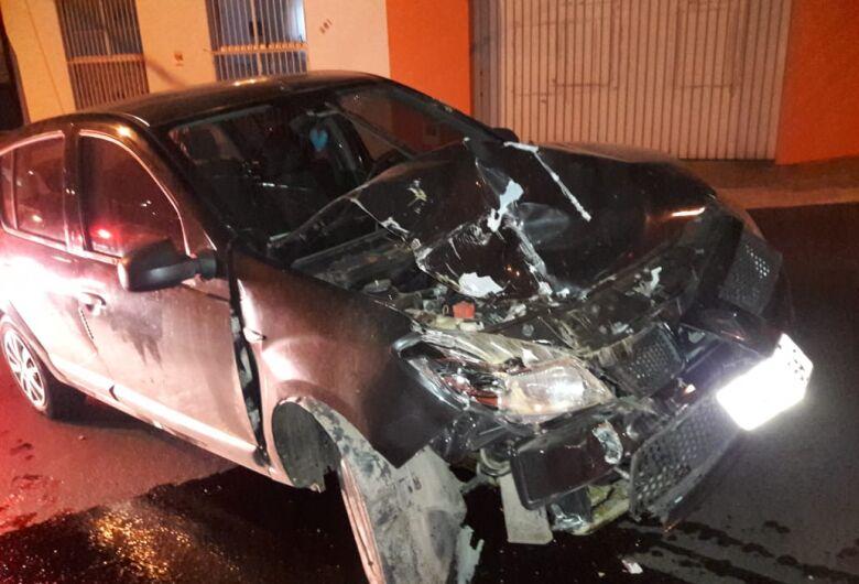 Mulher bate carro em caçamba no Centro