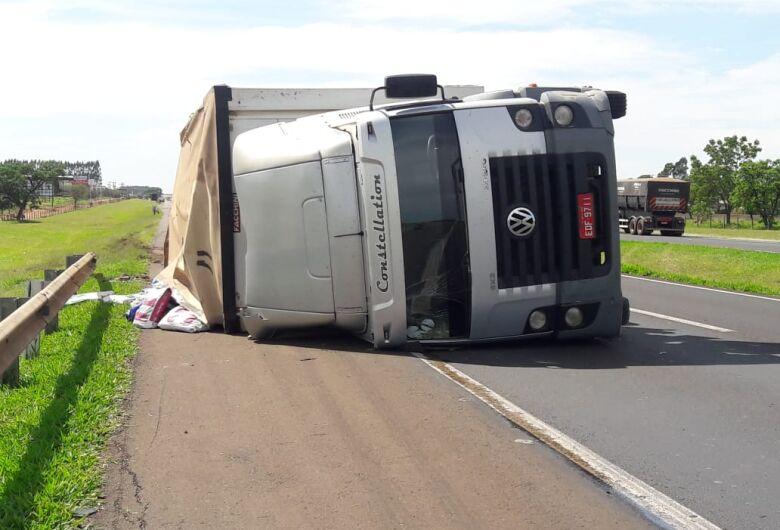 Caminhão carregado com ração tomba na Washington, em Ibaté