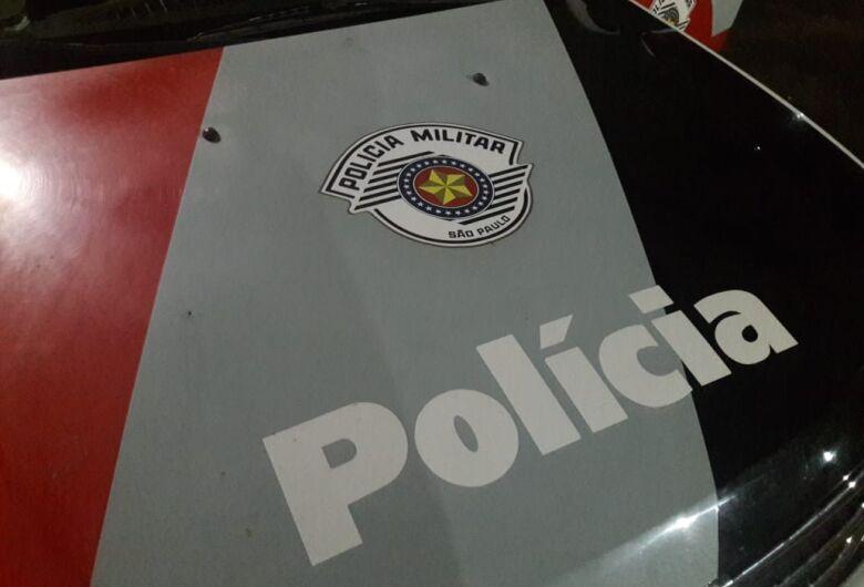 Assaltantes fazem família refém e roubam dois caminhões em Descalvado
