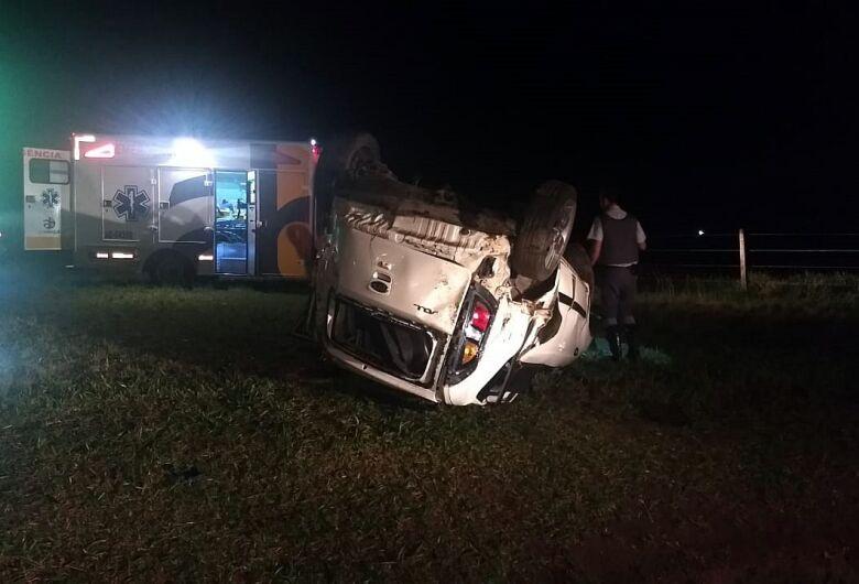 Carro capota e deixa casal ferido na rodovia Washington Luís entre São Carlos e Ibaté