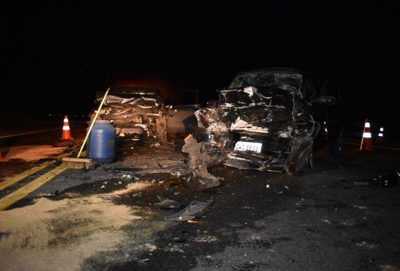 Pai, mãe e filho morrem em acidente na SP-191