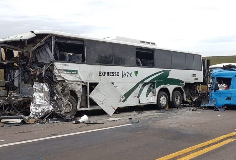 Grave acidente na Jaú-Bocaína deixa ao menos dois mortos e mais de 40 feridos