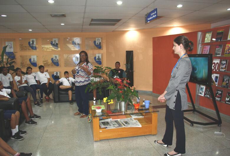 """Biblioteca do IFSC/USP recebe jovens do """"Projeto Pequeno Cidadão"""""""