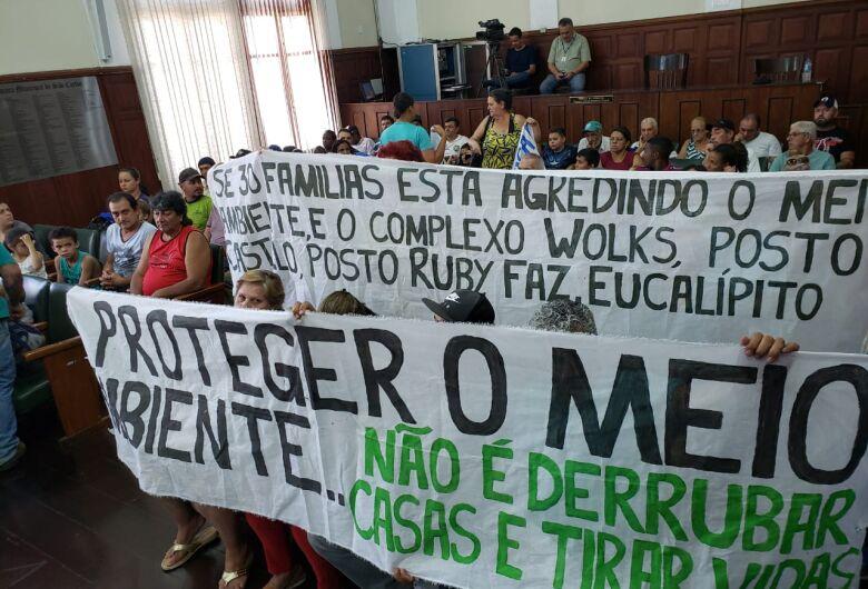 Moradores do Recanto das Oliveiras recebem ordem de despejo e fazem protesto na Câmara