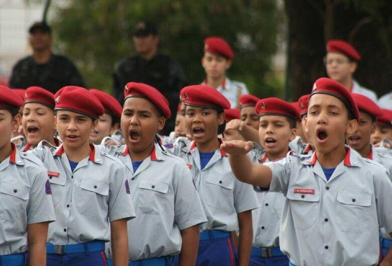 Airton García oficializa pedido de uma Escola Cívico-Militar e São Carlos poderá receber R$ 1 milhão por ano