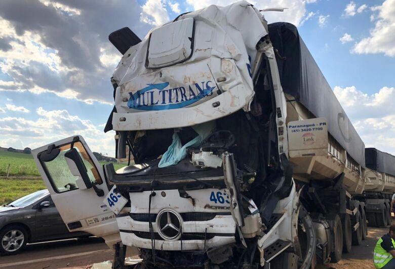 Motorista morre após colisão entre caminhões na SP-330