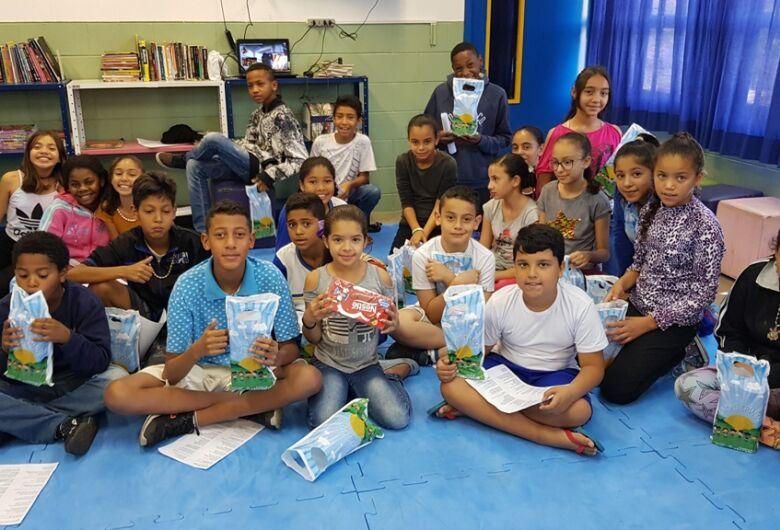 Dia de festa nas escolas de São Carlos: alunos ganham bombons pelo Dia das Crianças