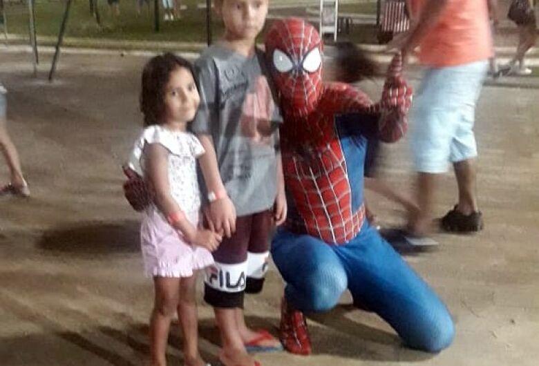Homem se veste de homem-aranha e faz a festa com a criançada no Parque do Kartódromo