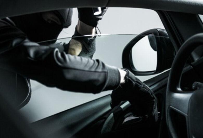 Ladrão furta carteira com documentos pessoais do interior de veículo