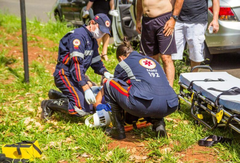 Motociclista bate em árvore e é arremessado a cerca de 15 metros