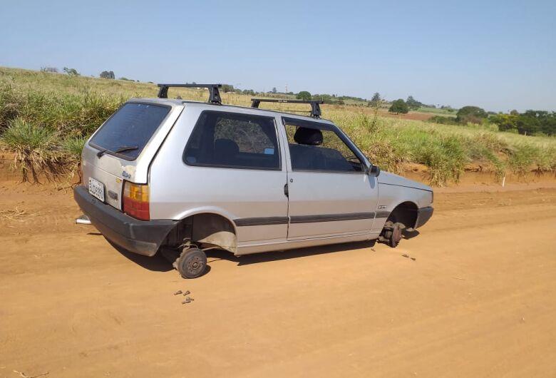 Uno é localizado pela PM sem rodas, bateria e estepe
