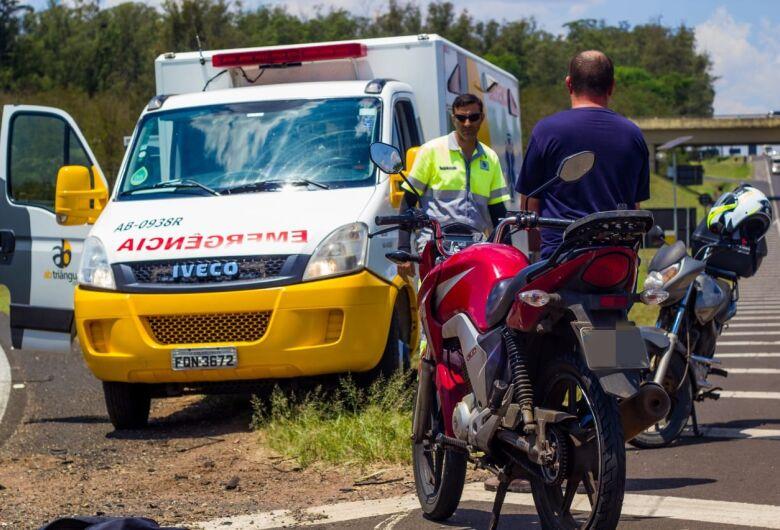 Pneu de moto fura e casal sofre queda na Washington Luís