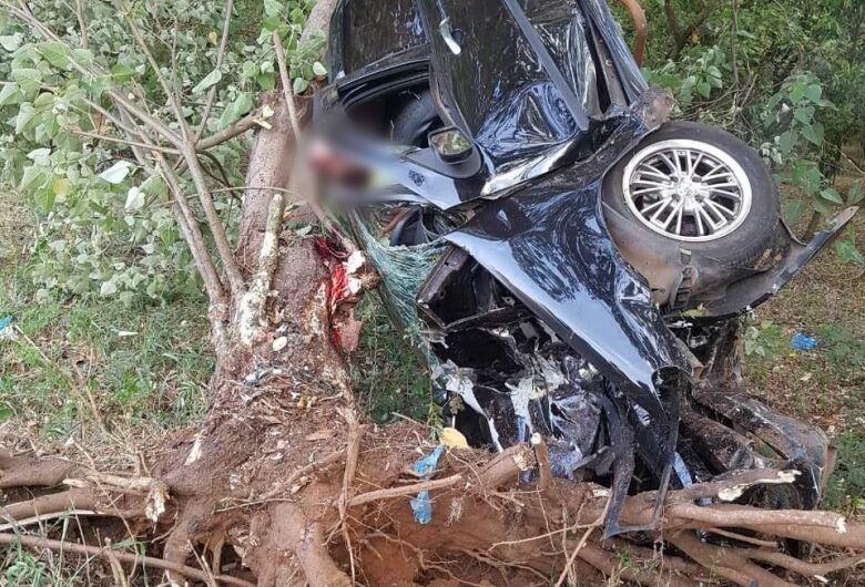 Jovem perde a vida após colidir contra árvore em Matão