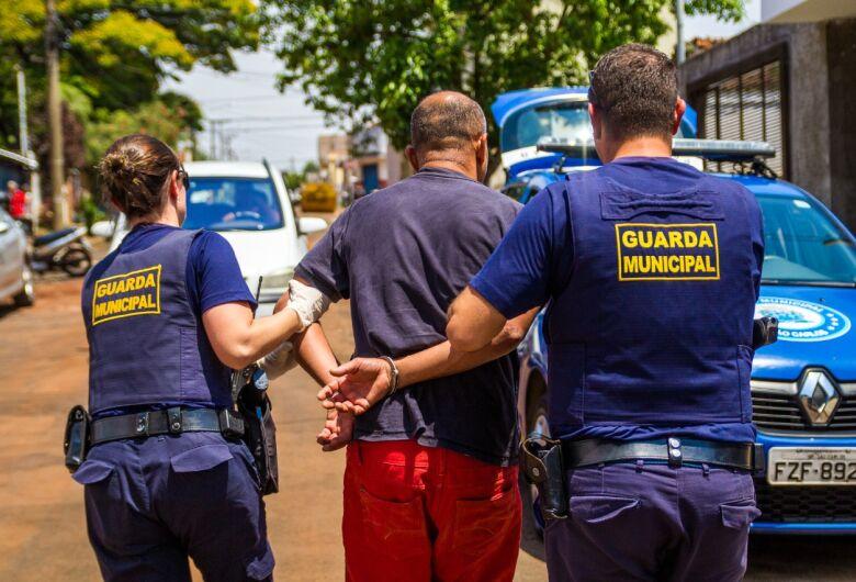 Acusado de embriaguez, motorista colide em árvore e é detido pela GM