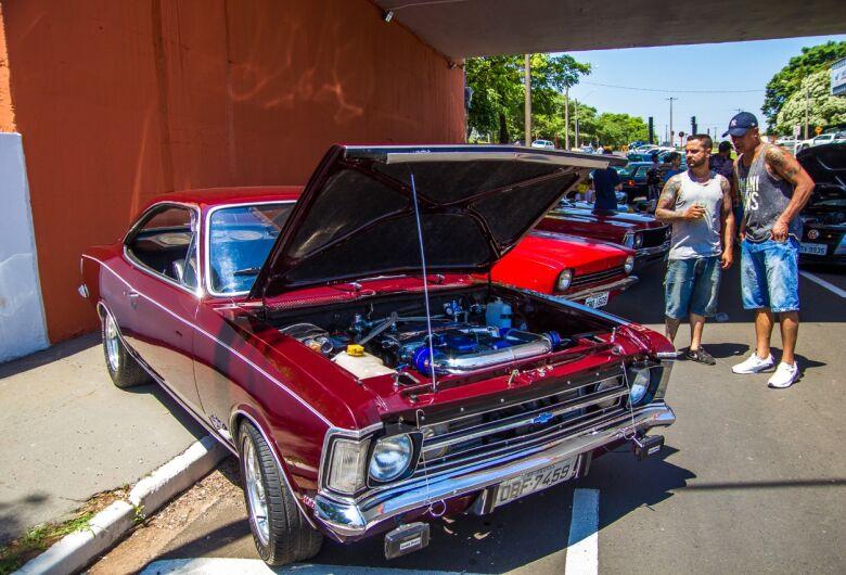 Encontro de apaixonados por carros rebaixados e antigos
