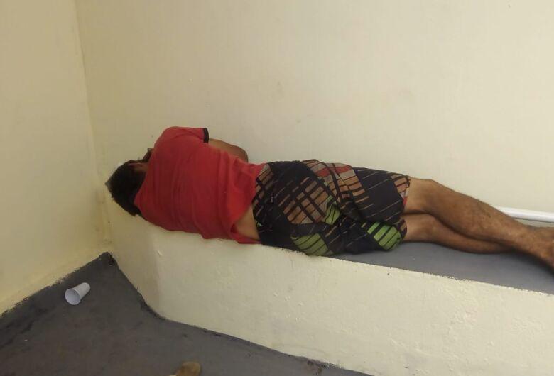 Desempregado é flagrado em telhado tentando furtar fios; era procurado pela Justiça