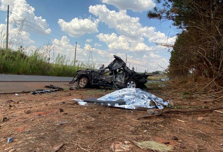 Jovem morre e outro fica em estado grave após bater em árvores na estrada municipal de Gavião Peixoto