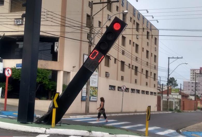 Semáforo amanhece danificado na região da rodoviária
