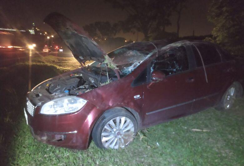 Motorista perde controle e capota na Rodovia Washington Luiz
