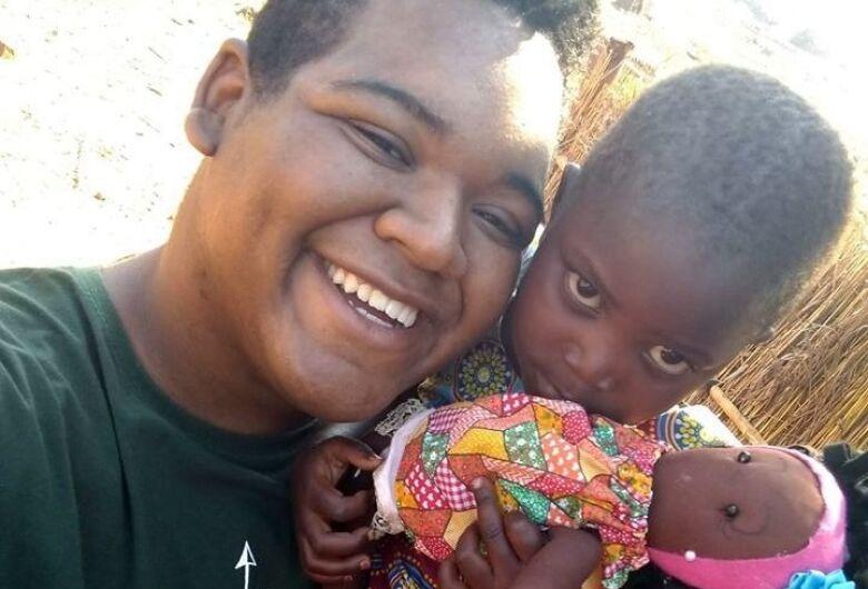 Professores da rede municipal de Ibaté confeccionam bonecas e enviam para crianças na África
