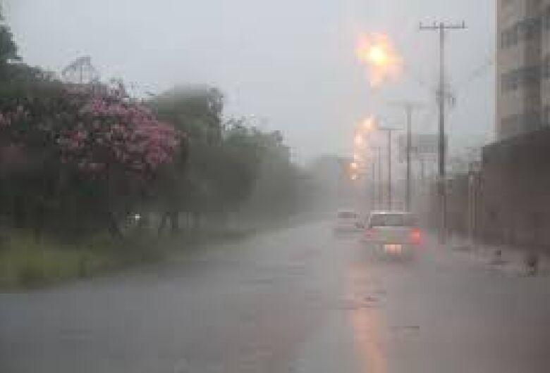 Choveu forte durante a madrugada desta quinta-feira; confira a previsão do tempo